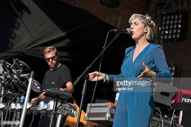 Vaults die britische Bnad mit Saengerin Blythe Pepino bei einem Konzert beim MS Dockville Festival in HamburgWilhelmsburg vom