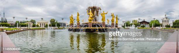 vdnkh, exhibition of achievements of national economy amusement park, view of the friendship of nations fountain - friendship of nations fountain stock photos and pictures