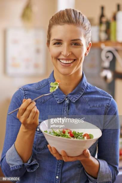 war schon immer ein fan von salat - salat speisen stock-fotos und bilder