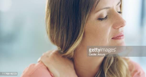 ik heb te veel op mijn schouders de laatste tijd - medische aandoening stockfoto's en -beelden