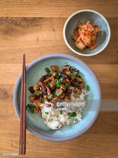 vegan bulgogi and kimchi - tofu and mushroom bulgogi with rice and kimchi - korean culture stock pictures, royalty-free photos & images