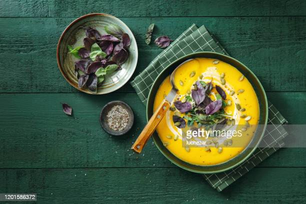 vegan creamy roasted pumpkin soup - eetklaar stockfoto's en -beelden