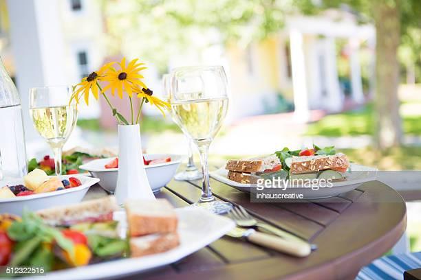 Veganes Mittagessen auf der Terrasse