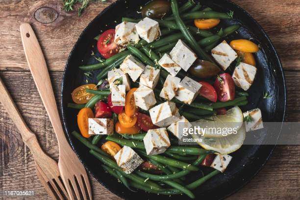 vegan meal, healthy green beans salad with grilled tofu - sostituto della carne foto e immagini stock