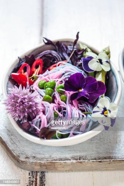 vegan unicorn noodles, edible flowers, red cabbage, asparagus, peas, chili and sprouts - comida flores fotografías e imágenes de stock