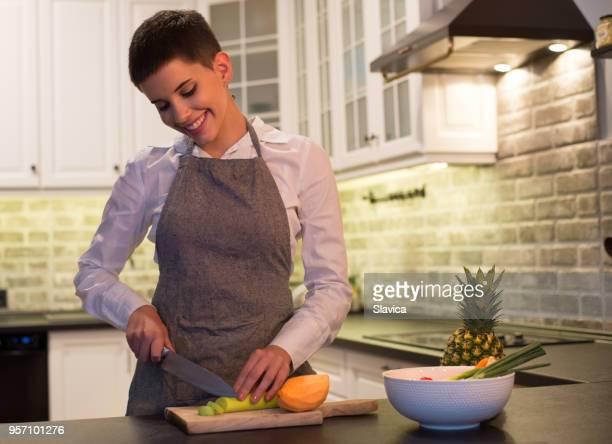vegan woman preparing food - snello foto e immagini stock