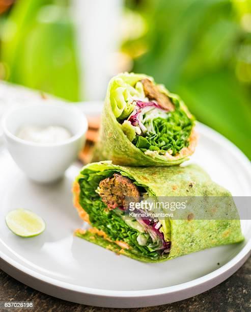 vegan wrap - vegetarisch gerecht stockfoto's en -beelden