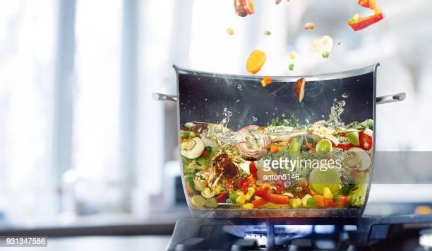 caldo vegetal en medio de la cacerola - caldo pollo fotografías e imágenes de stock