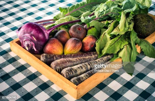 vegetable haul from burleigh farmers' market - feuille de pissenlit photos et images de collection