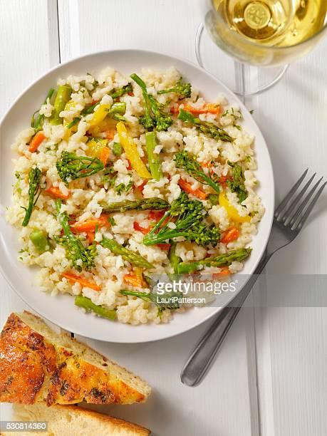 Risotto aux légumes avec persil frais et de la fougasse