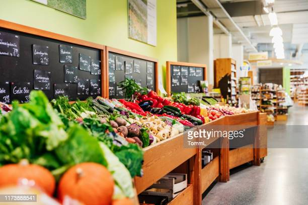 vegetable section at supermarket - market retail space stock pictures, royalty-free photos & images