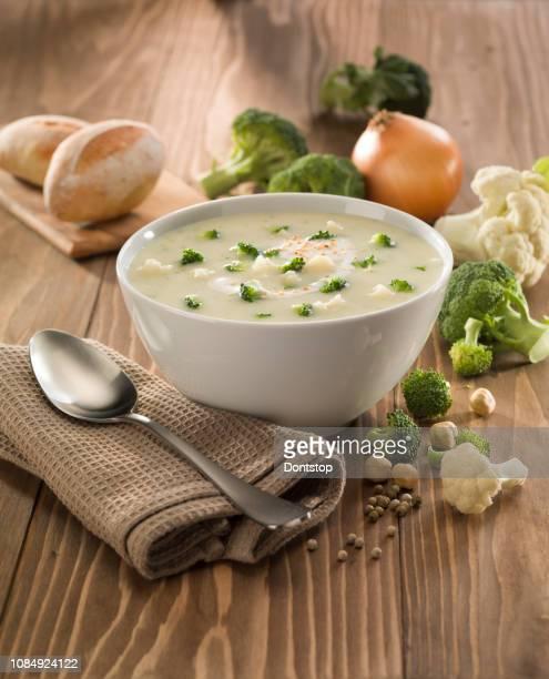 sopa de legumes com brócolis no fundo branco - sopa - fotografias e filmes do acervo
