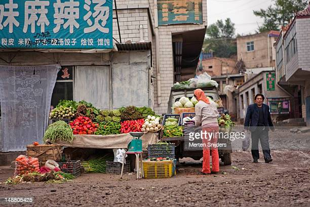 vegetable stall at dongshan market. - merten snijders - fotografias e filmes do acervo