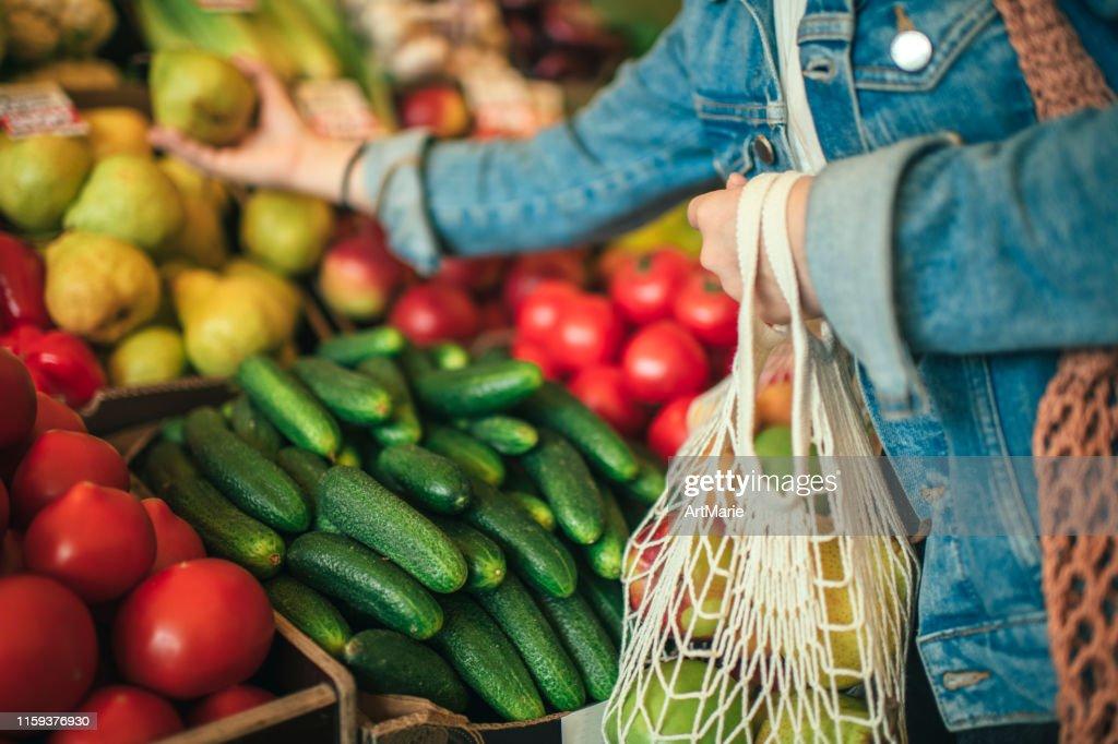 Groenten en fruit in herbruikbare zak op een boerenmarkt, Zero Waste concept : Stockfoto
