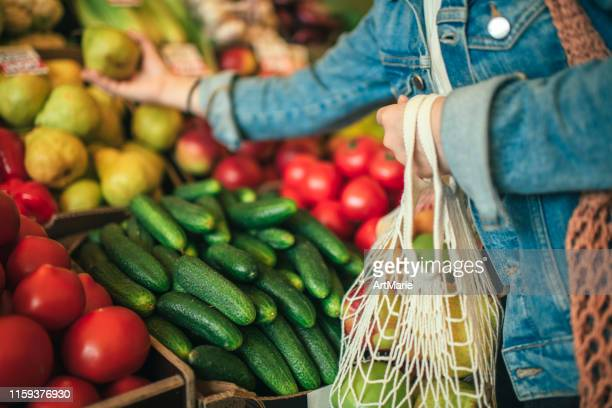 vegetables and fruit in reusable bag on a farmers market, zero waste concept - comida e bebida imagens e fotografias de stock