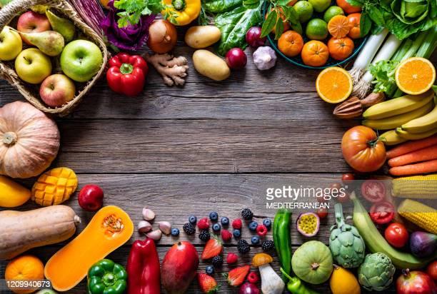 groenten en fruit veganistisch voedsel diverse regelingkader - vegetarisch gerecht stockfoto's en -beelden