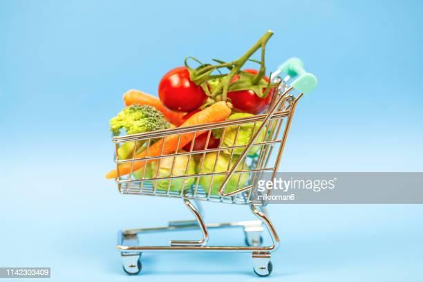 vegetables in shopping cart - caddie rempli photos et images de collection