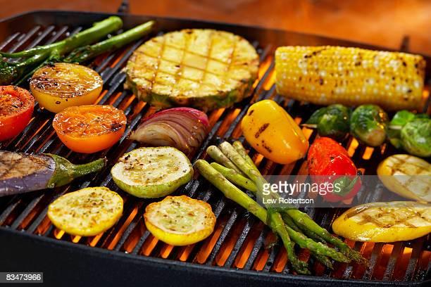 vegetables on grill - grillen stock-fotos und bilder