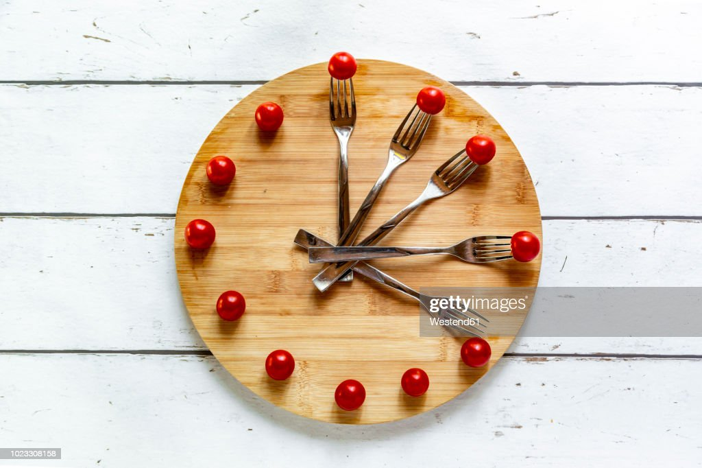 Vegetables on round chopping board, symbol for intermittent fasting : Stock Photo