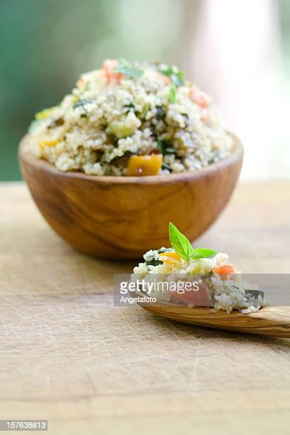 Vegetarische Bulgur auf Olive Wood Schüssel und Löffel
