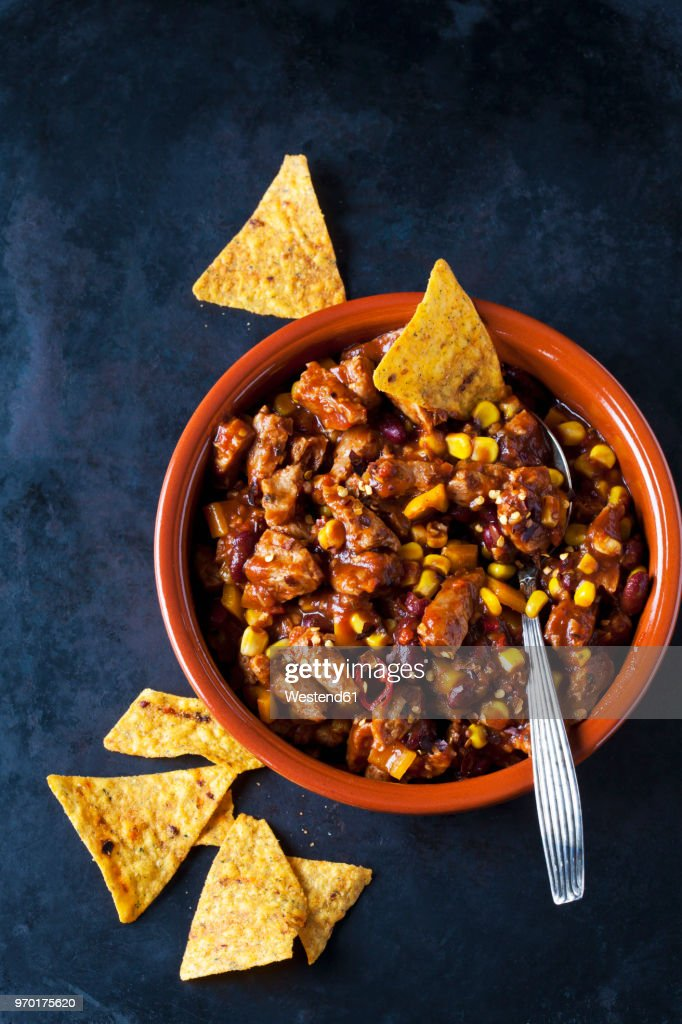 Vegetarian Chili with soy meat cut into strips and tortilla chips in earthenware dish : Foto de stock