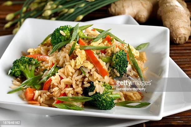 Arroz frito con verduras vegetarianas y saludables
