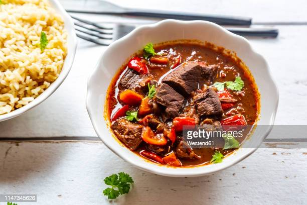vegetarian goulash with jackfruit and rice - cultura húngara fotografías e imágenes de stock