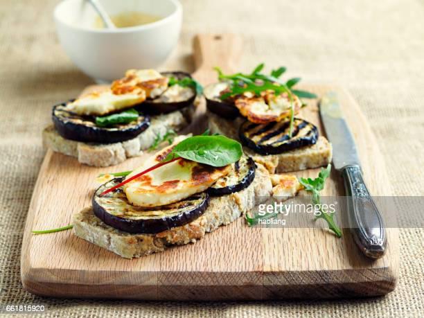 Vegetarische gegrilde aubergine open sandwich