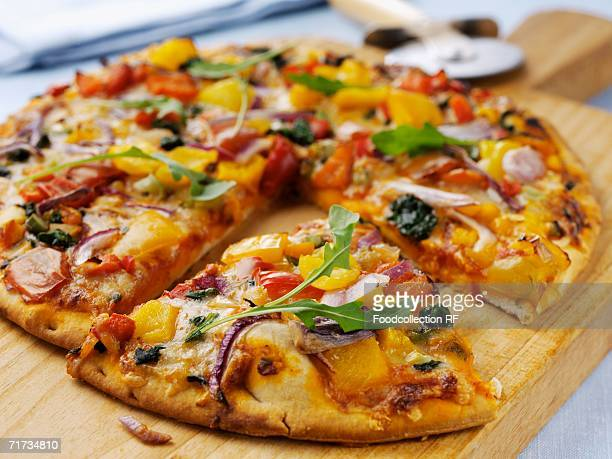 vegetarian pizza - vegetarian pizza stock pictures, royalty-free photos & images