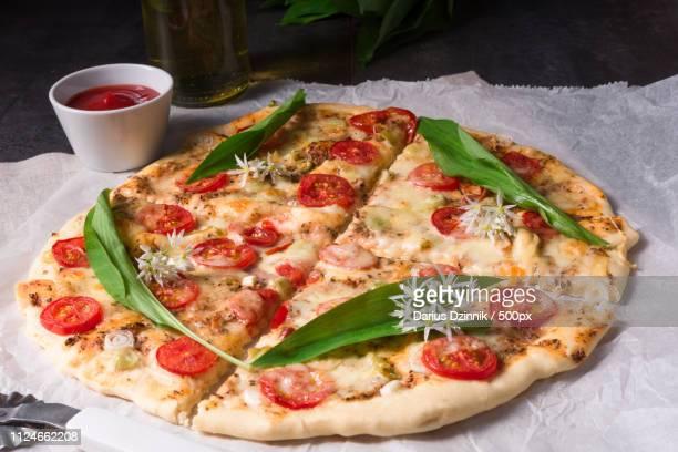 vegetarian wild garlic pizza - crosta di formaggio foto e immagini stock
