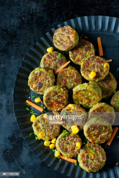 veggie burgers - veggie burgers stock pictures, royalty-free photos & images