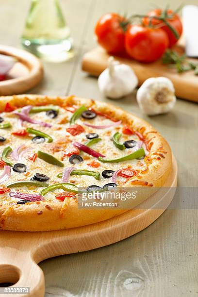 veggie pizza - vegetarian pizza stock pictures, royalty-free photos & images