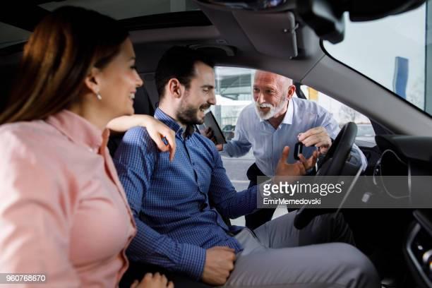 Fahrzeughändler, Verkauf von Neuwagen, junges Paar
