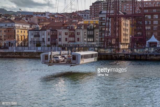 Vehículos y pasajeros en barco de transferencia del Puente Vizcaya en Getxo, España