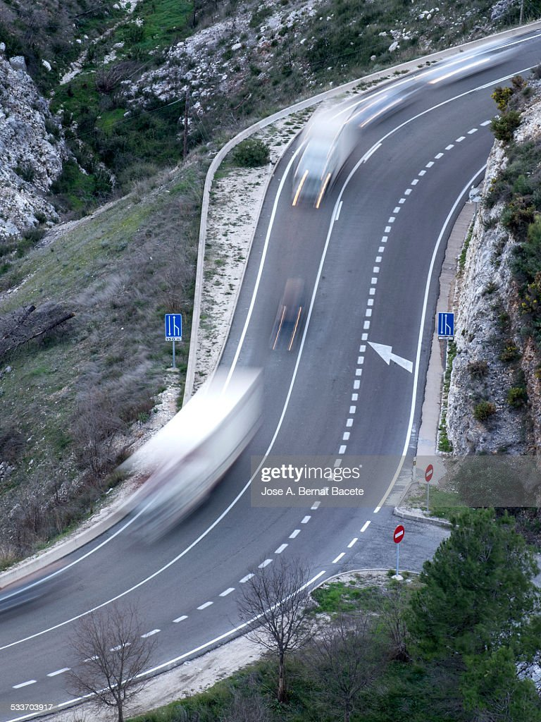 Vehicles in movement in a road with curves : Foto stock