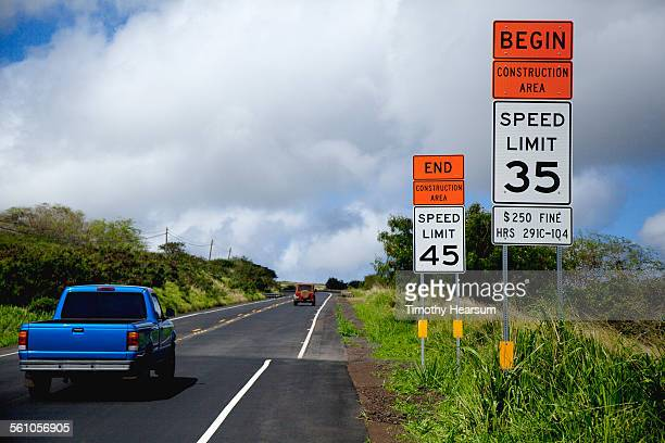 vehicles on road with construction area signs - timothy hearsum photos et images de collection