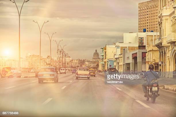 vehículos en la calle de la ciudad de la habana vieja contra el cielo - habana vieja fotografías e imágenes de stock