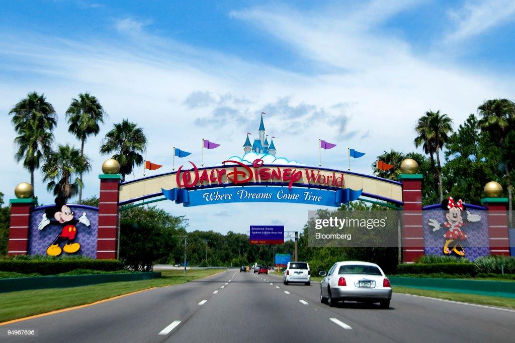Vehicles pass the entrance to the Walt Disney World theme pa : News Photo