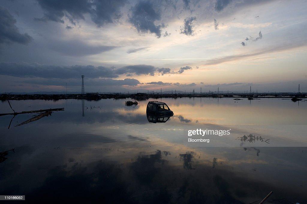 Japan Struggles In Quake Aftermath : News Photo