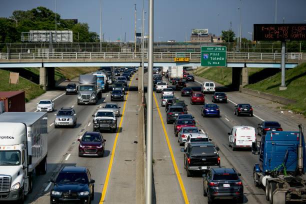 Photos et images de Detroit Drivers Get Left in Traffic as