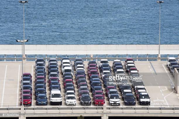 Vehículos a la espera de transporte en el parque de coche de costumbres de Portvell Barcelona, España
