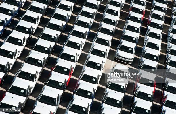 fordon som väntar i linje - vinklad overhead - port elizabeth, sydafrika - porträt bildbanksfoton och bilder
