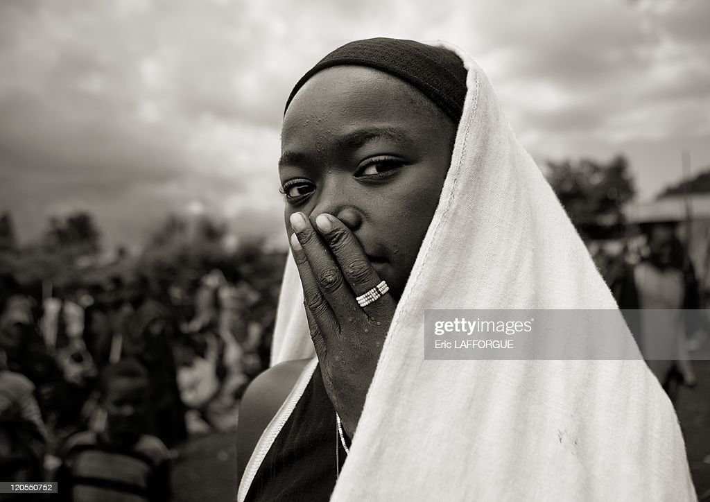 Veiled Dizi Girl With The Hand On Her Mouth In Tum Market, Omo Valley, Ethiopia On July 03, 2010 - : News Photo