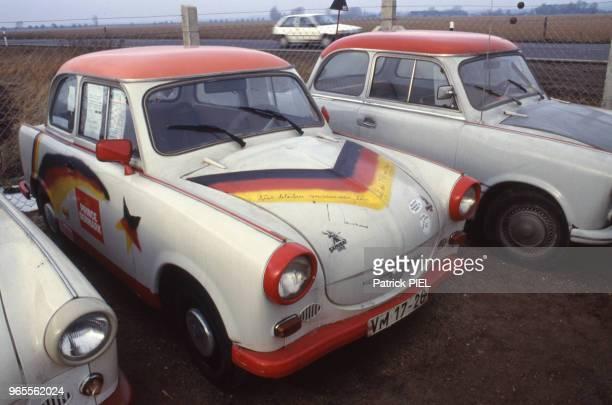 Veilles voitures de marque Trabant dans une casse automobile le 26 février 1991 à Berlin Allemagne