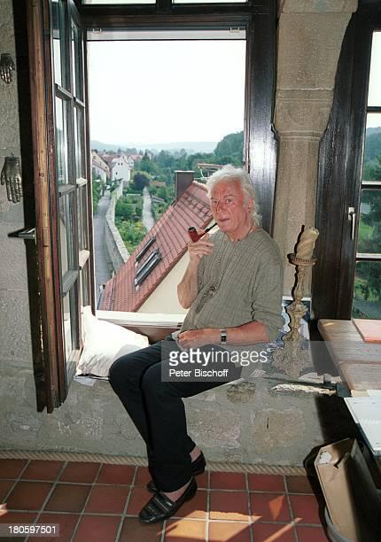Veit Relin Homestory TorturmTheater Sommerhausen bei Würzburg Maler Regisseur Bühnenbildner Pfeife rauchen Fenster Künstler