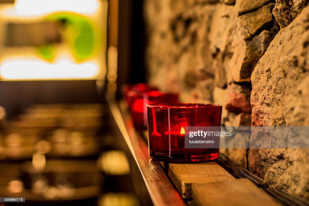 Velas rojas en pared de piedra : Stock Photo