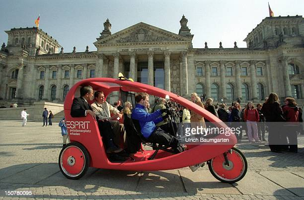 Velotaxi with passengers in front of the Berliner Reichstag