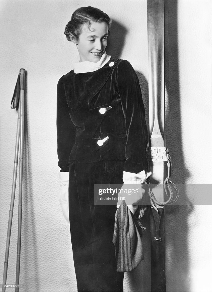 Velvet ski suit created and presented by Vera Borea. Picture around 1933 : News Photo