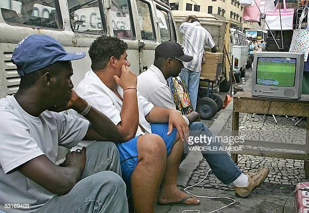 Vendedores ambulantes miran la final de la Copa de Confederaciones entre las selecciones de Brasil y Argentina en Rio de Janeiro el 29 de junio de...