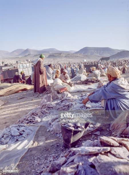 Vendeur de blocs de sels sur le marché du moussem d'Imilchil dans le Haut Atlas au Maroc en 1983